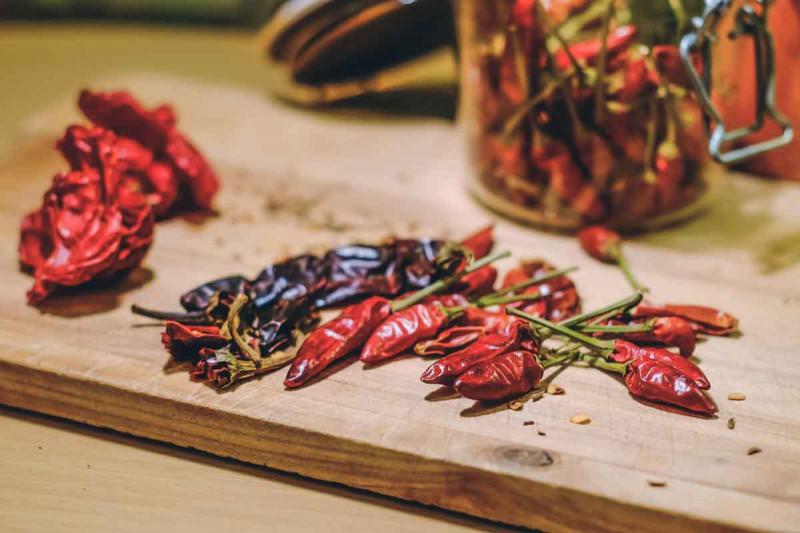 Chili getrocknet rot Holzbrett Tisch Bremer Gewuerzhandel