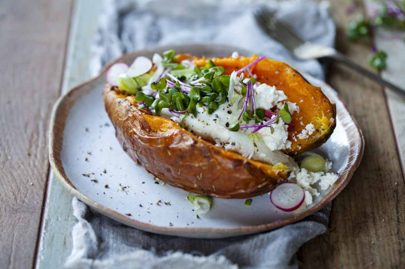 Gebackene Suesskartoffel mit Avocado Joghurt Feta und Sprossen