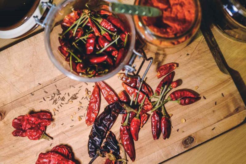 Chilis getrocknet rot Tisch Holzbrett Gewuerze Bremer Gewuerzhandel