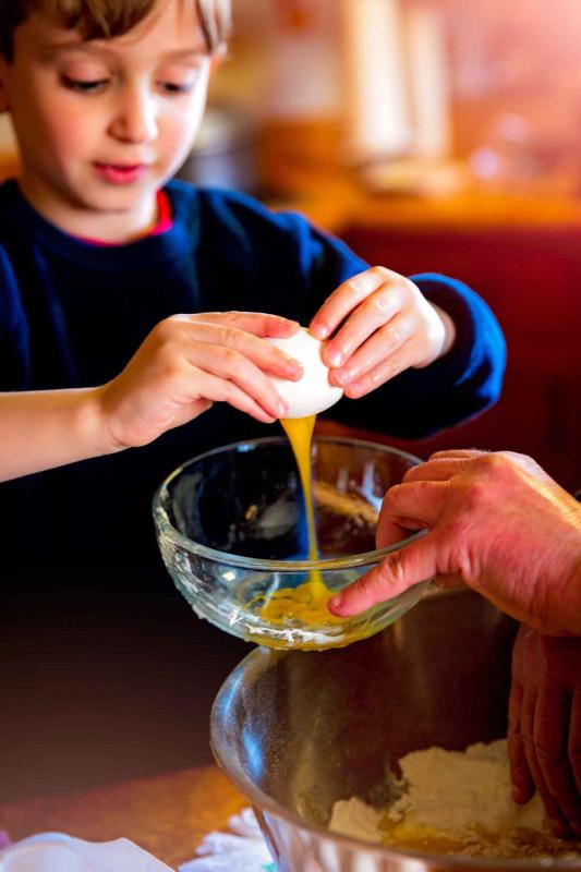 Backen Kind Ei aufschlagen Schuessel Bremer Gewuerzhandel