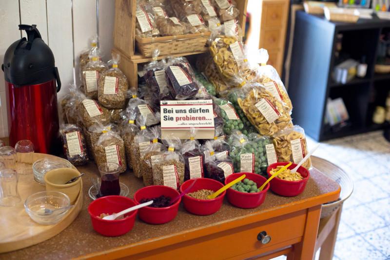 Nüsse probieren im Laden in Findorff vom Bremer Gewürzhandel